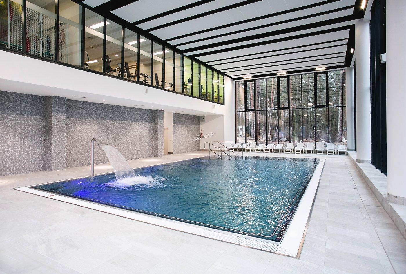 Nowoczesny basen z niespotykanym widokiem na park zdrojowy o głębokości 1,2 m oraz wymiarach 13 x 5 m.  Posiadający bicze wodne oraz nieckę ze stali nierdzewnej wyposażoną w hydromasaże.   Basen rehabilitacyjny dostosowany jest dla osób niepełnosprawnych