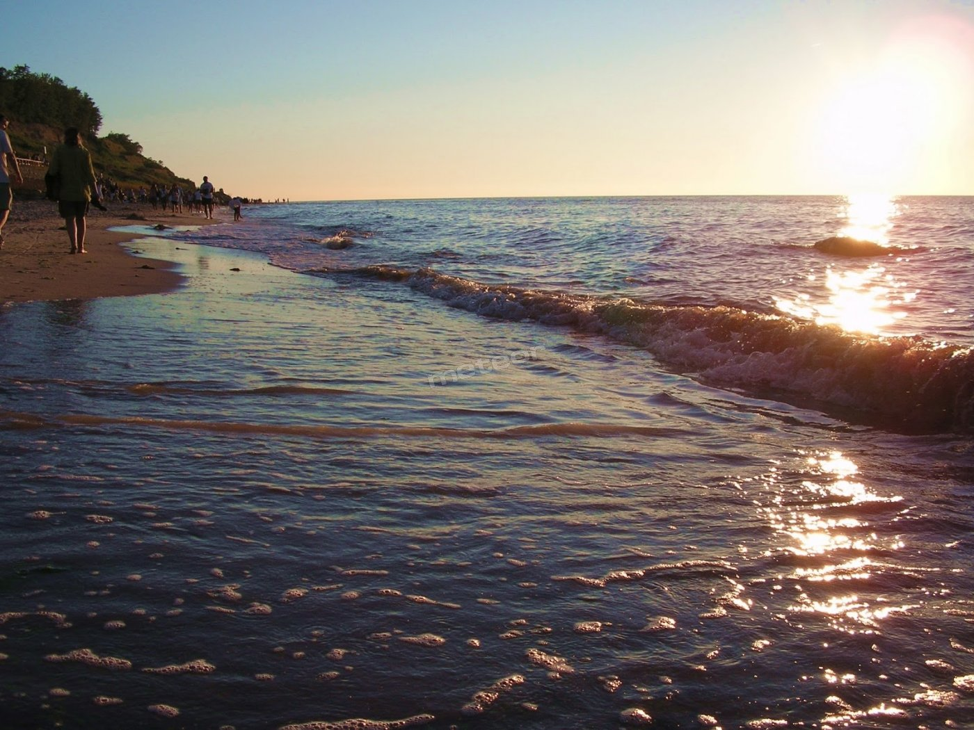 wieczorne spacery na plazy o zachodzie słońca pod klifem baltyckim