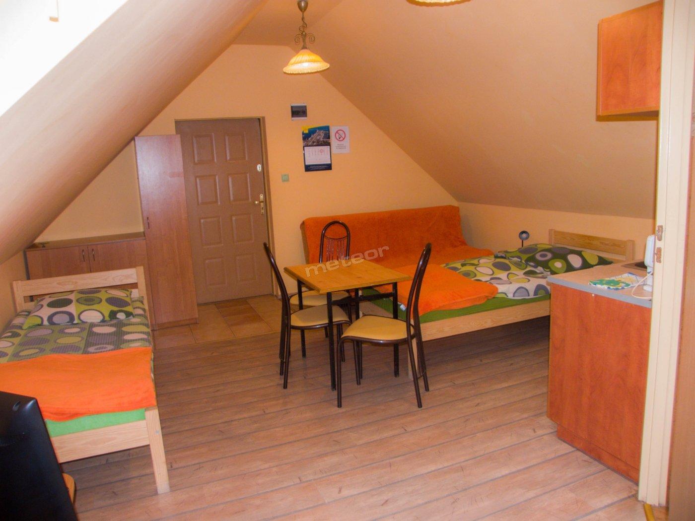 Pokój trzyosobowy z aneksem kuchennym i łazienką