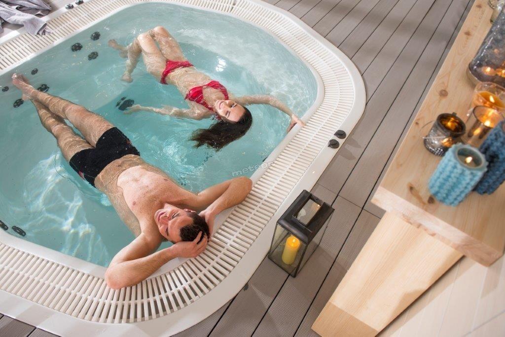 8-osobowe jacuzzi to idealne miejsce, aby skorzystać z kąpieli perełkowej z hydromasażem w przyjemnej temperaturze 35 st C, uwielbiane przez naszych najmłodszych gości.