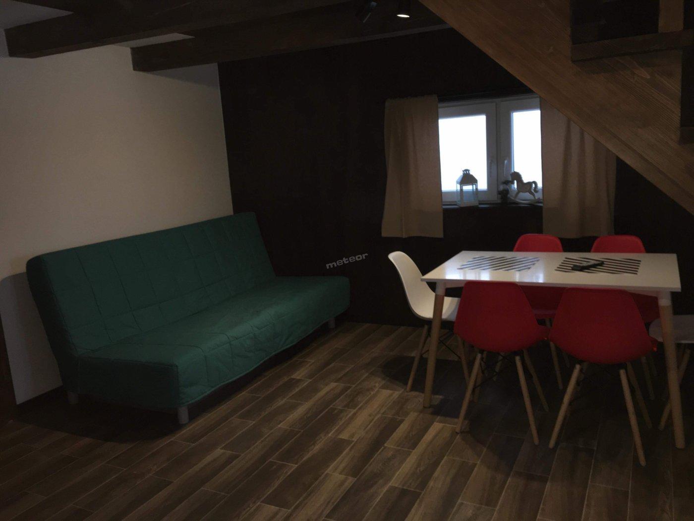 Rozkładana sofa i stół