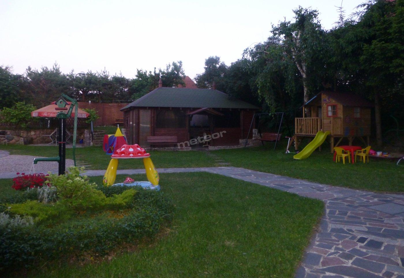 Altana biesiadna z grillem, plac zabaw (domek, ślizgawka, huśtawka, piaskownica)