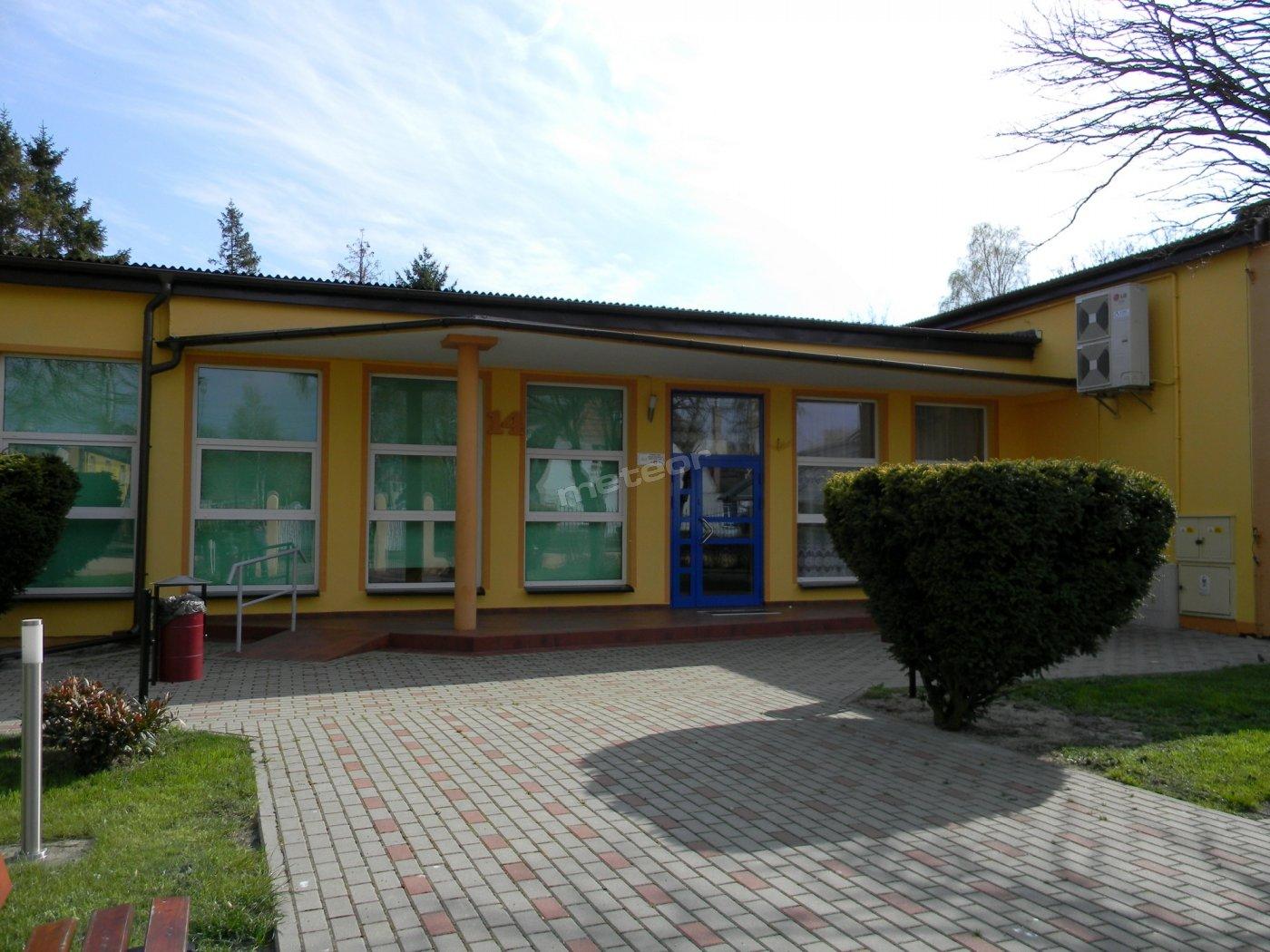 Wejście na teren ośrodka kolonijnego Słoneczko w Łebie