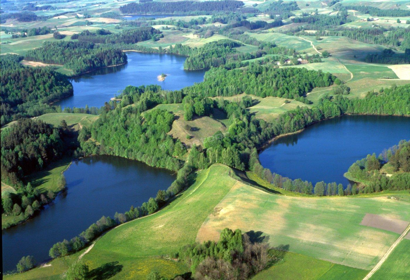 Pensjonat leży u stóp Zamkowej Góry, na zbiegu trzech jezior. Bezpośredni dostęp do jeziora Jeglówek - pierwsza klasa czystości