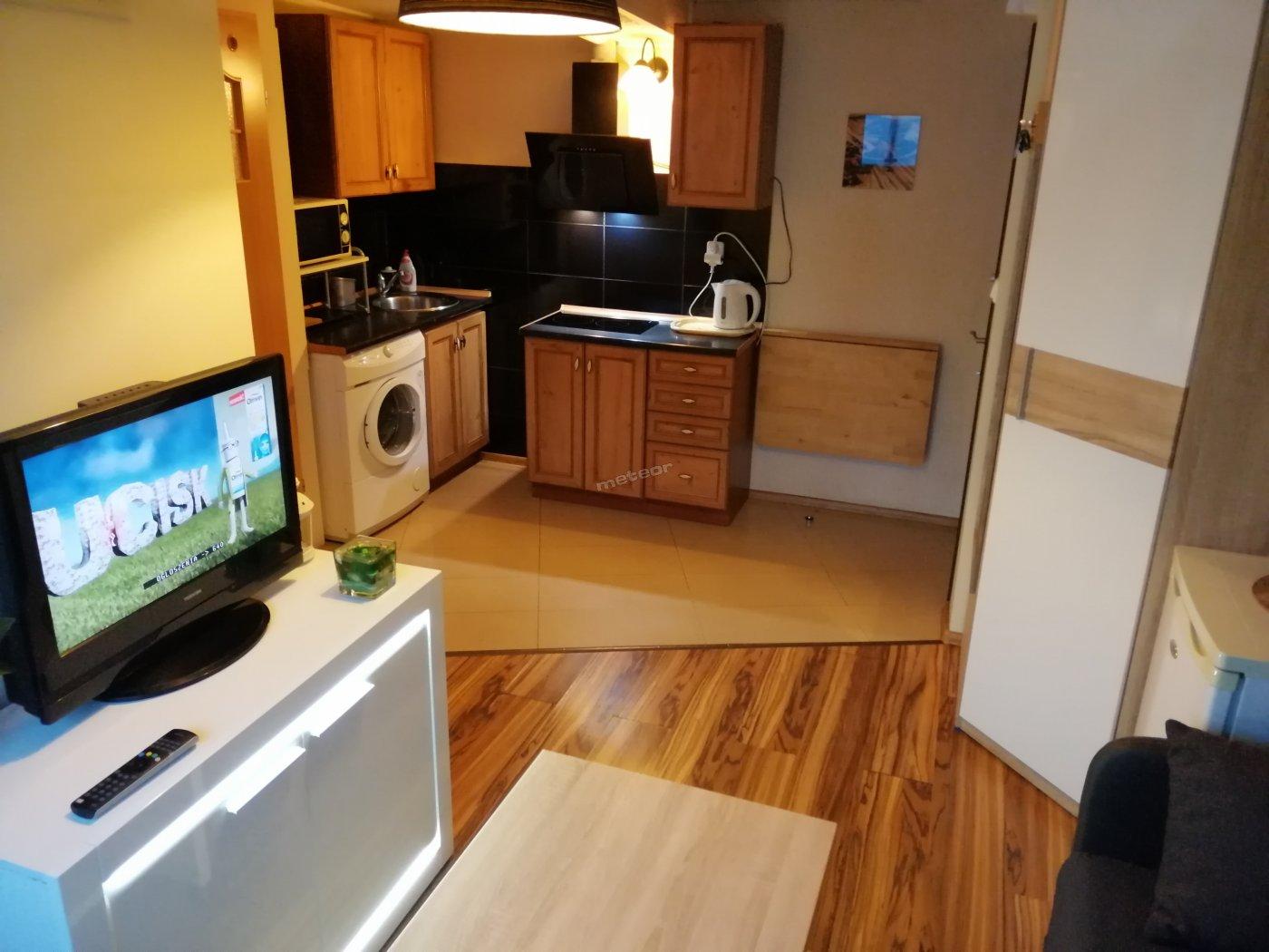 Salonik połączony z aneksem kuchennym. Apartament Mini 25m.