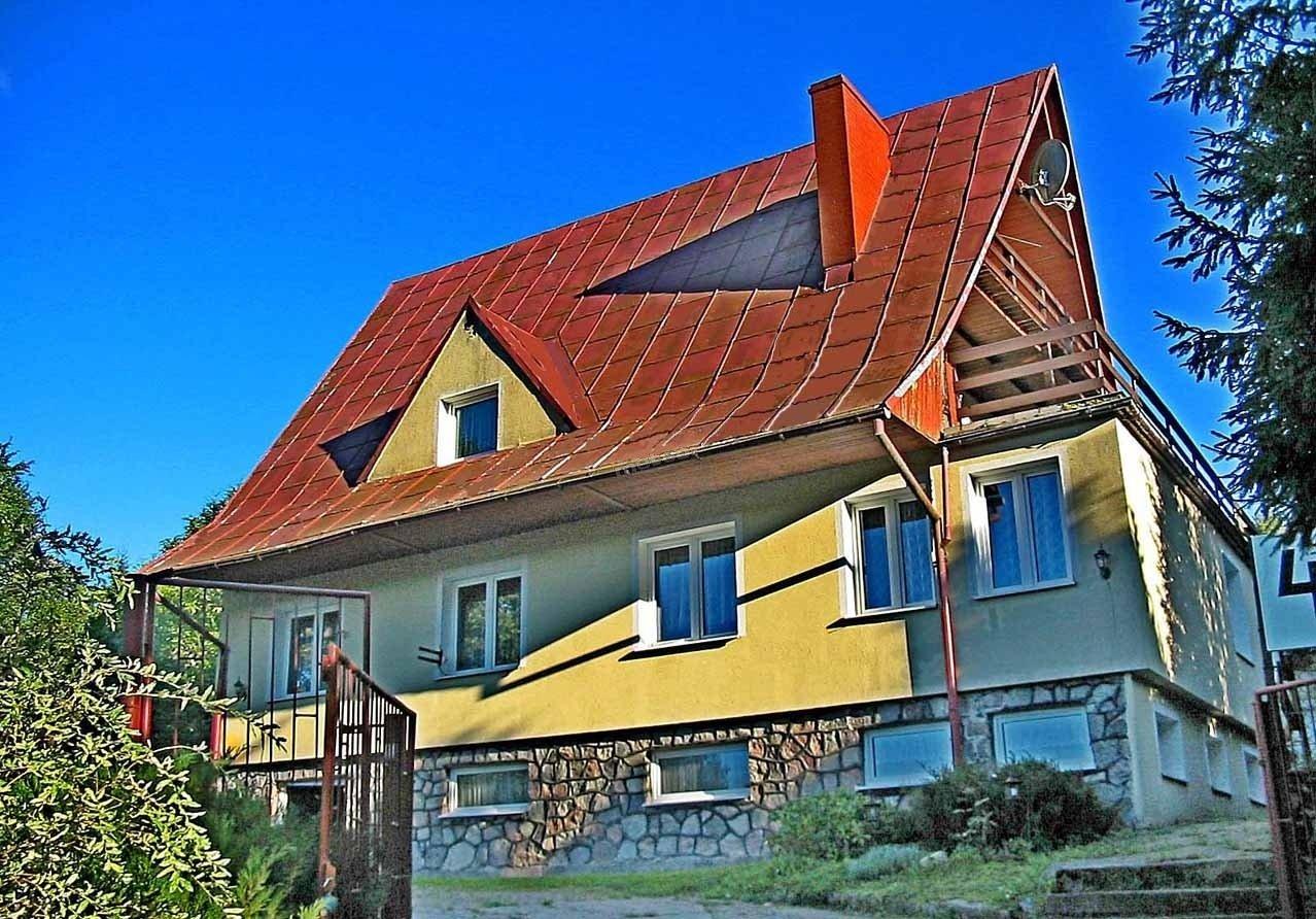 Apartamenty, pokoje, domki nad jeziorem Kaszuby. W obiekcie tym apartamenty z widokami z tarasów na otaczającą dom zieleń i jezioro.