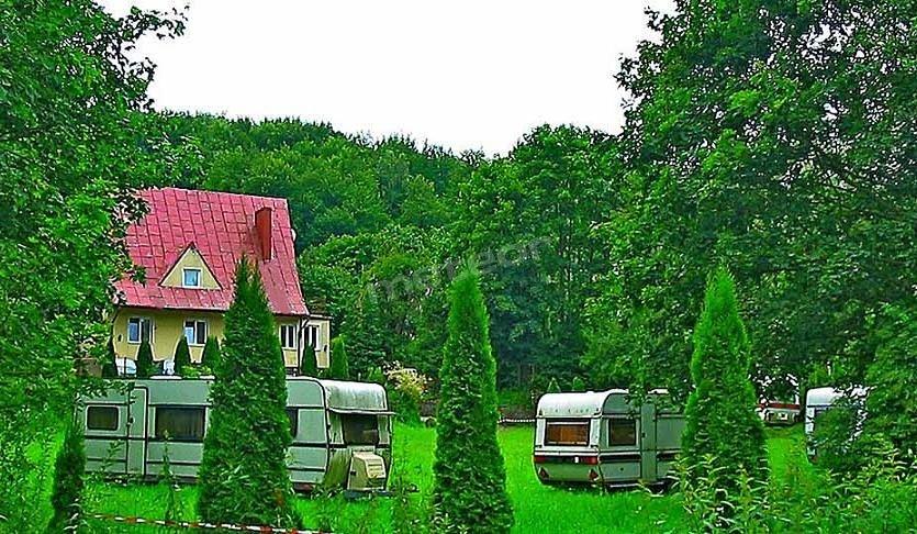 Apartamenty nad jeziorem Kaszuby. Dom z apartamentami oraz przyczepy nad jeziorem Kaszuby tonące w zieleni.