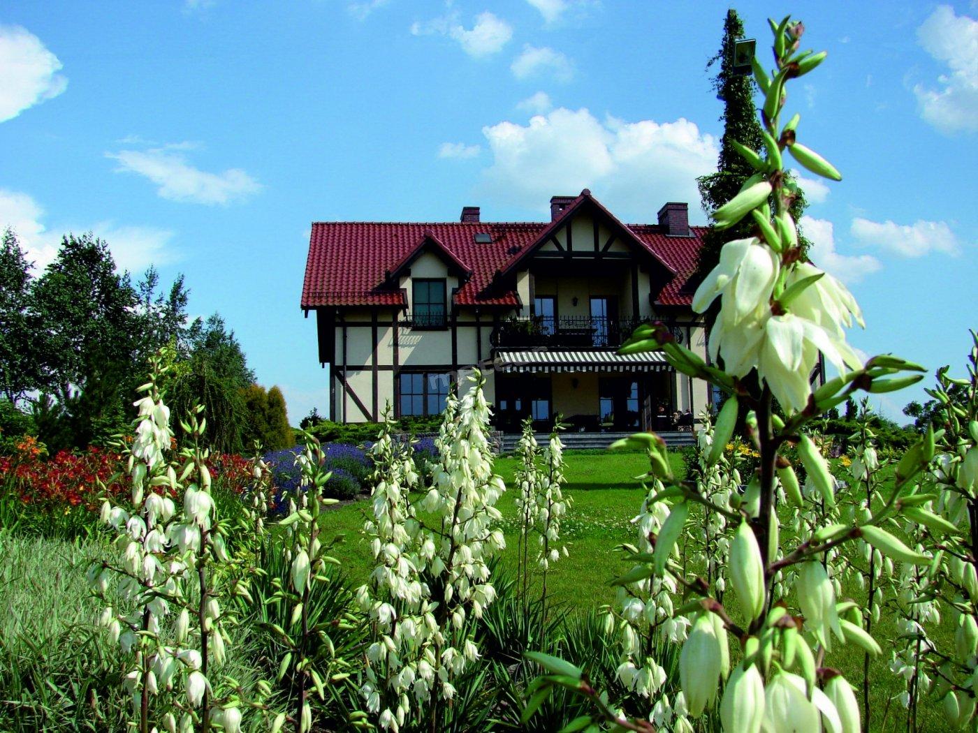 Chata w kwiatach juki