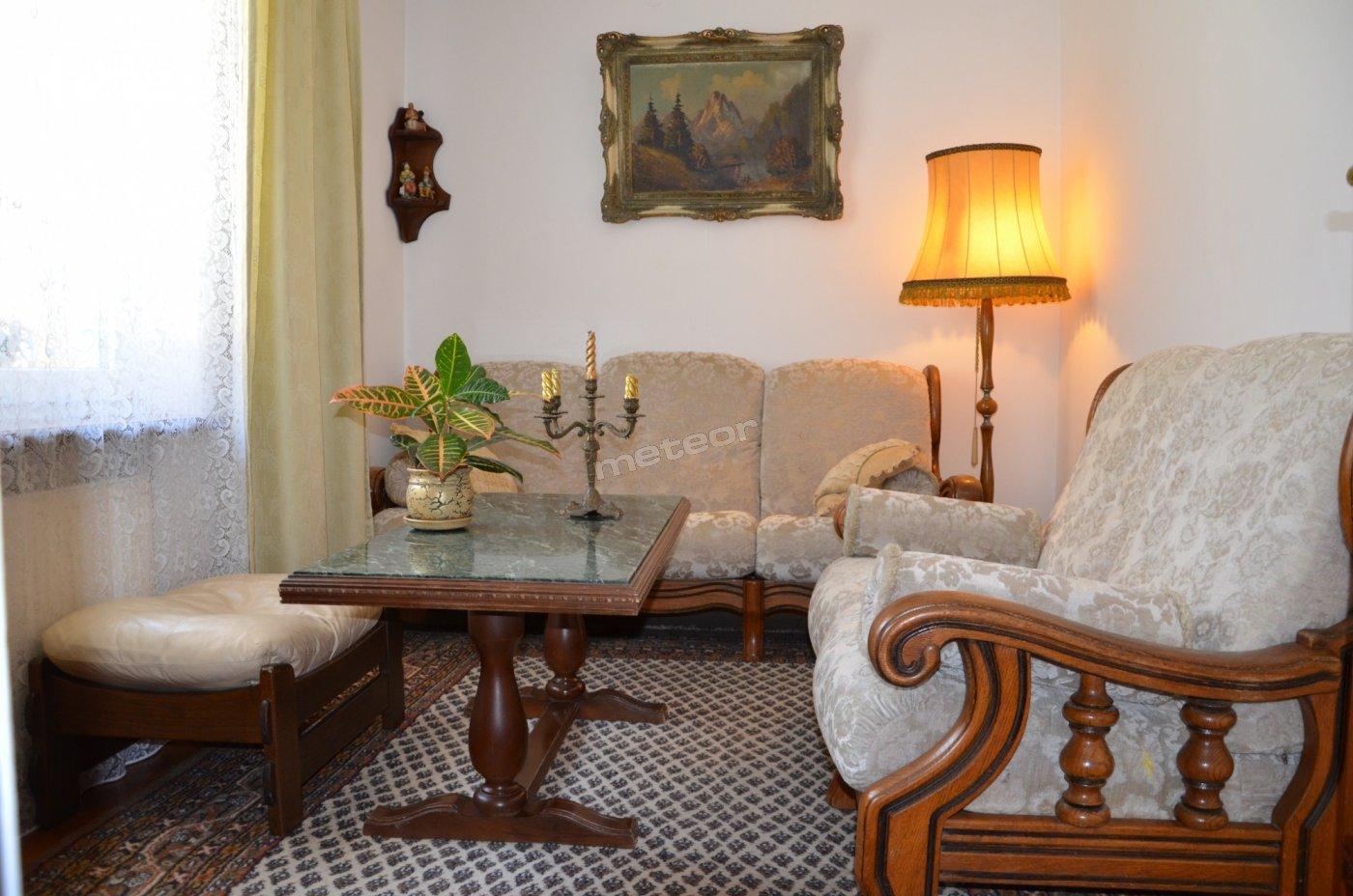 Pokój telewizyjny w 2-pokojowym apartamencie.