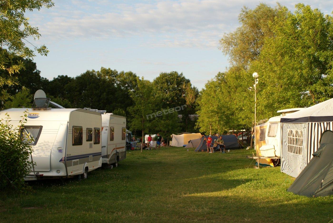 Przestronny, zielony camping