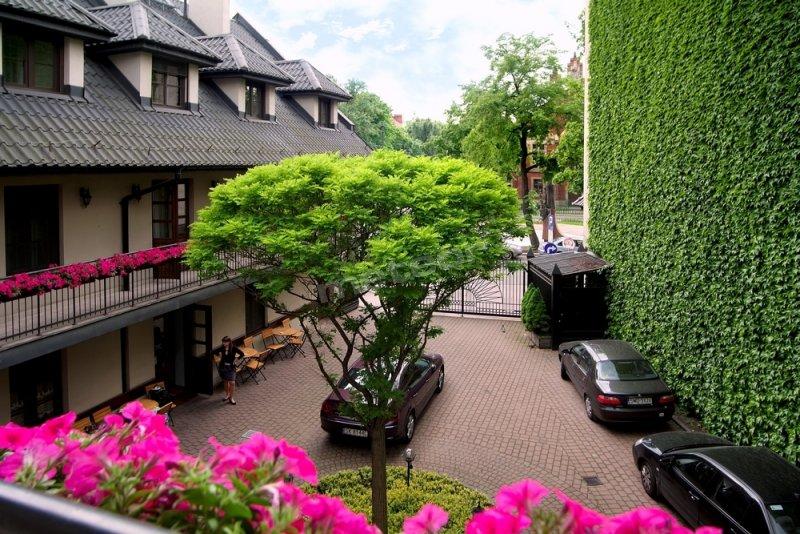 Hotel Fortuna Bis - widok na dziedziniec, na którym znajduje się parking strzeżony