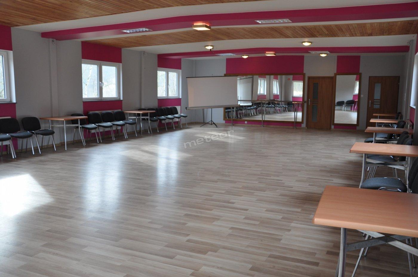 SALA REKREACYJNO-SPOTOWA! Nowoczesna, przestronna, idealna do ćwiczeń sportowych oraz nauki tańca :)  Wyposażona w : -ścianę lustrzaną -tablicę magnetyczną -nagłośnienie -krzesła -stoliki.