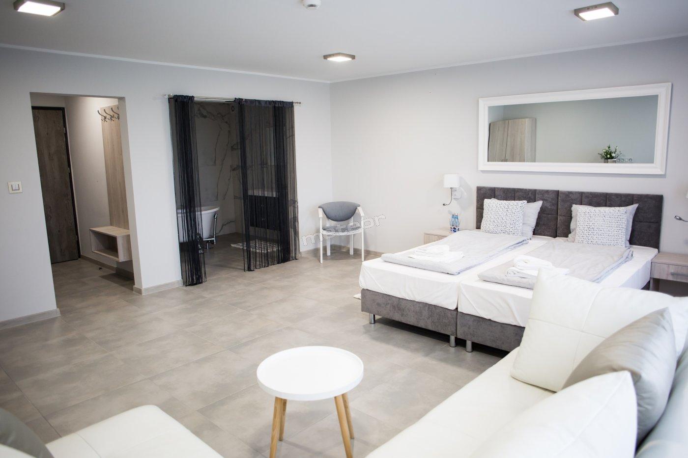 luksusowy apartament z wanną wolnostojącą. Pokój wyposażony również w dodatkową prywatną łazienkę.