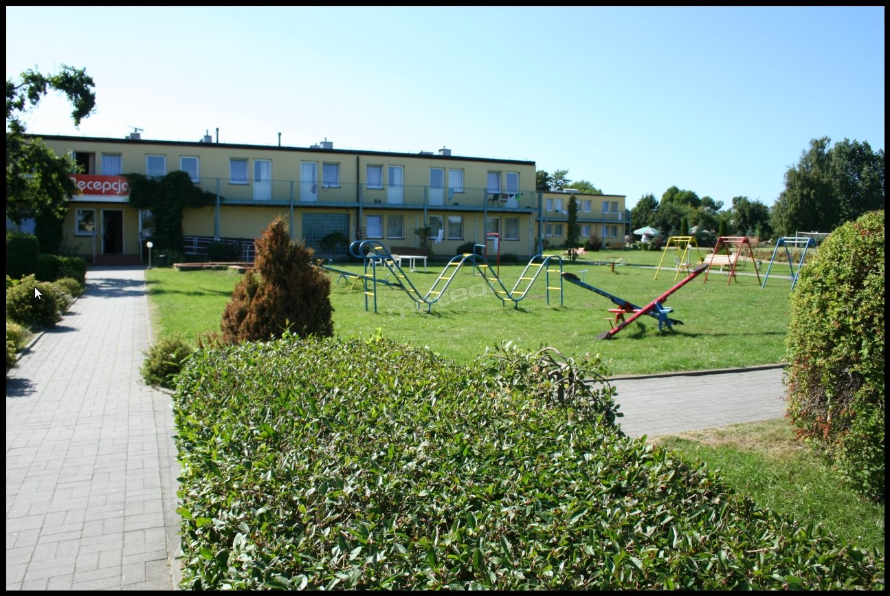 Widok na dziedziniec oraz recepcję ośrodka