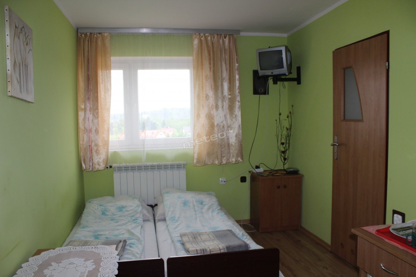 Pokój numer 2. Ma widok na Jezioro Solińskie, łózka w razie potrzeby można rozsunąć.