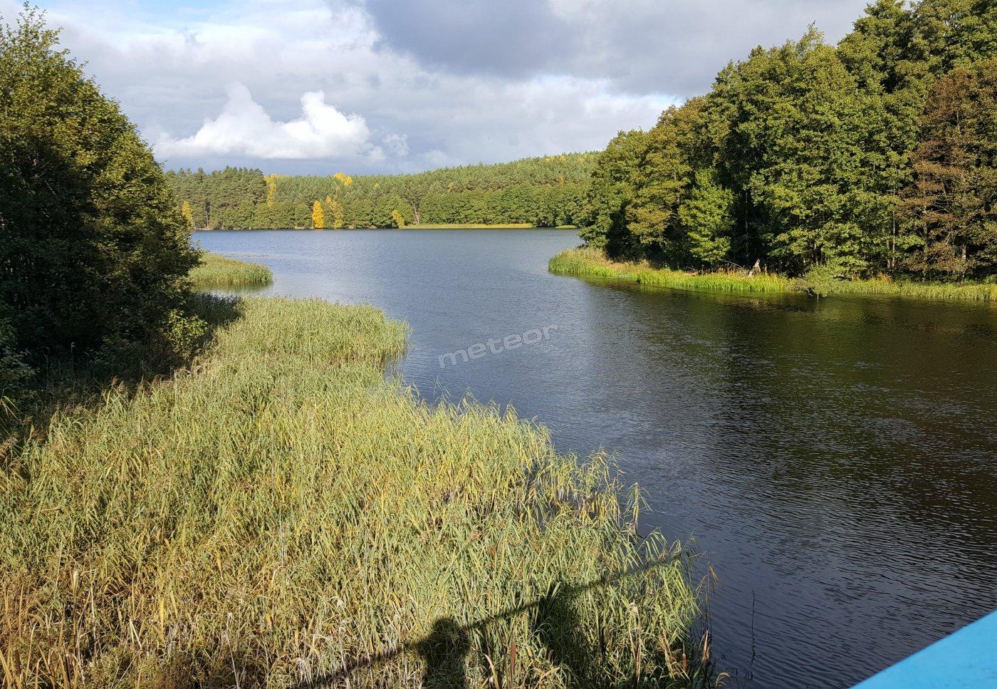 Odcinek rzeki Brda łączący jeziora Dybrzyk i Łąckie, widok z mostu znajdującego się 300 metrów od osrodka.