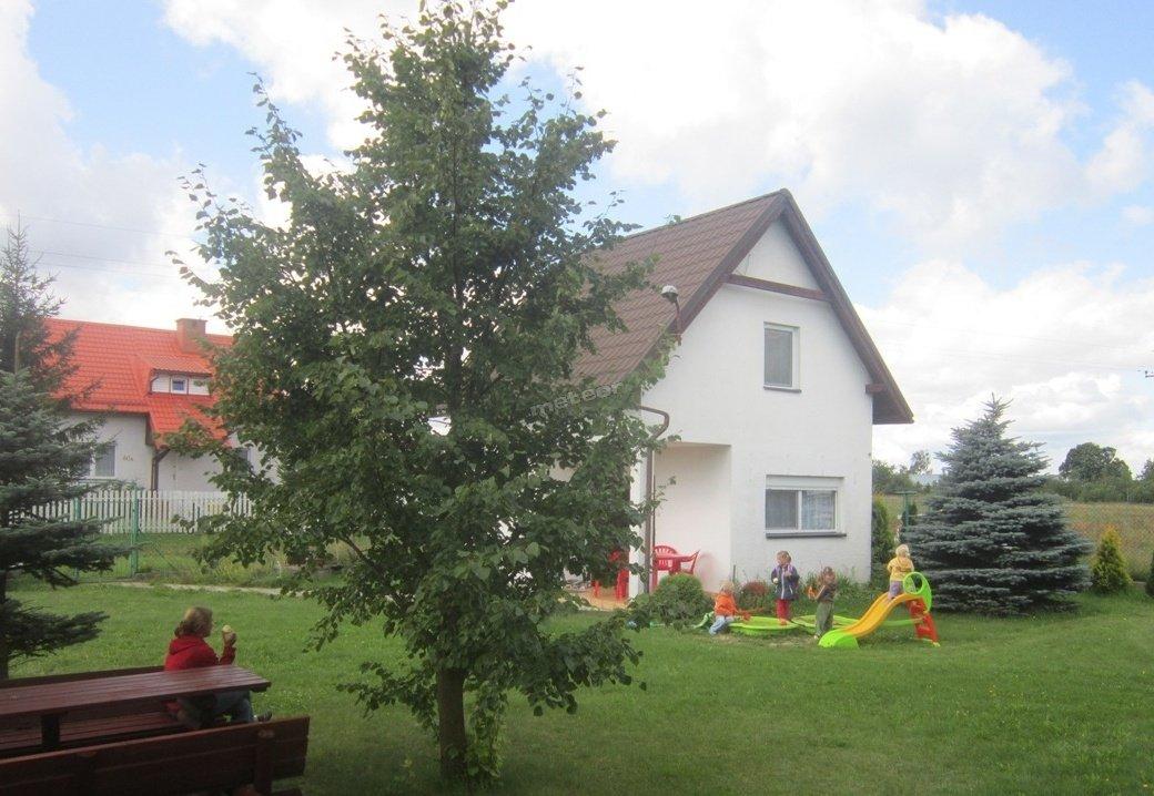 Zabawy dzieci w ogrodzie.
