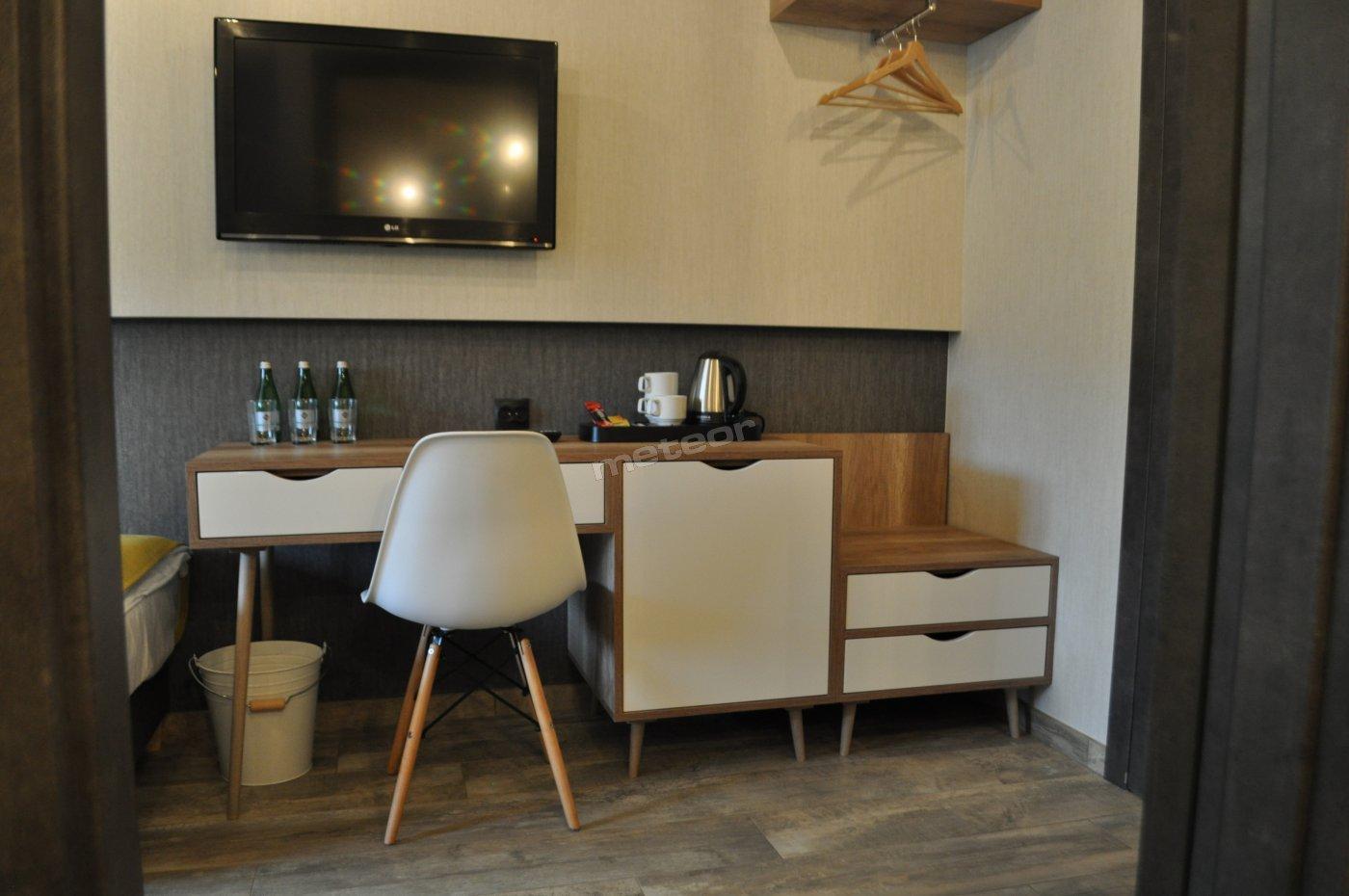 meble w każdym pokoju (biurko, lodówka, miejsce na walizkę, wieszaki) + zestaw powitalny (kawa, herbata, woda)