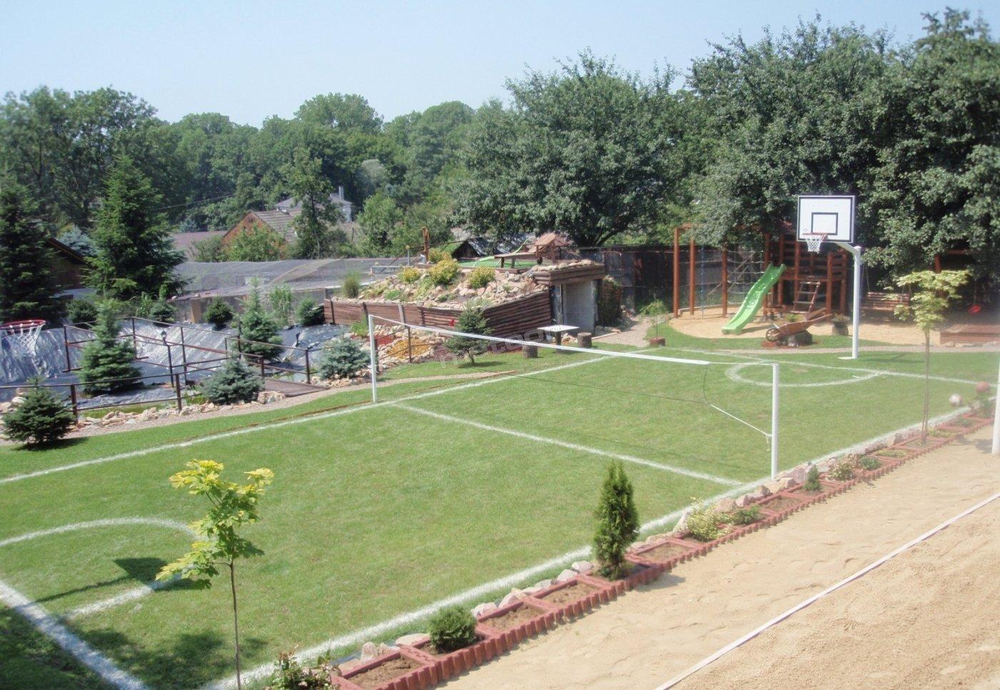 Mini boisko wielofunkcyjne do gry w koszykówkę, badmintona oraz unihokeja.
