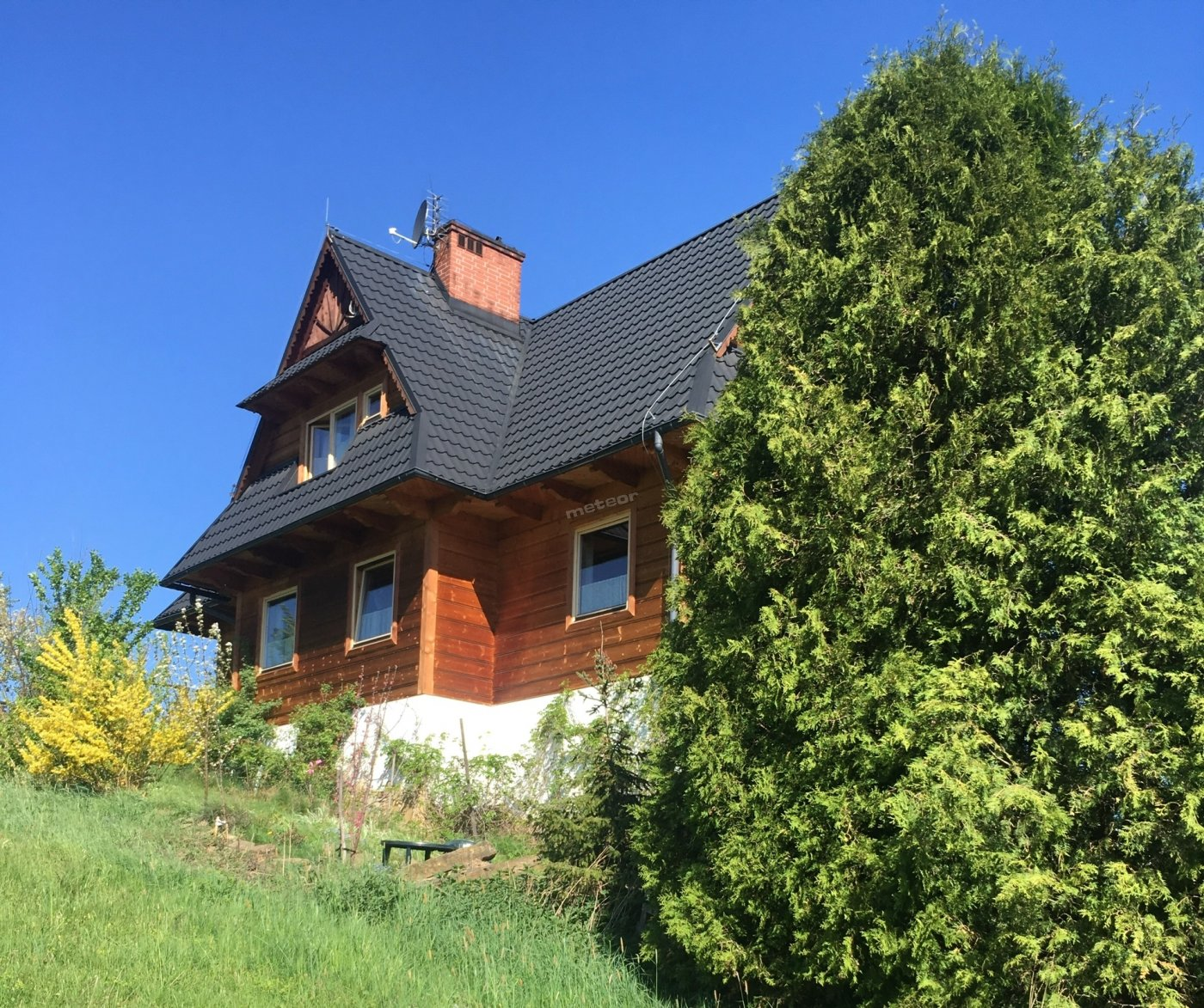 Dom położony na wsi, z dala od ulicy.