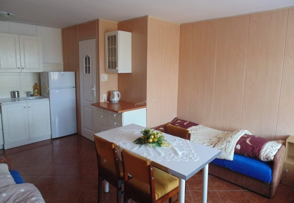 pokój 2-3 osobowy samodzielny z łazienką i aneksem kuchennym wyposażony w lodówkę ,kuchenkę elektryczną  telewizor oraz bezpłatny dostęp do WiFi