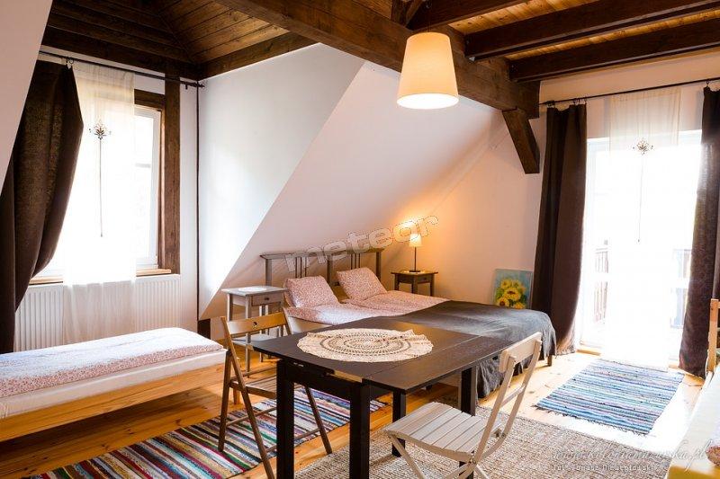 Pokój z łazienką, balkonem, małżeńskim łóżkiem i dodatkowym