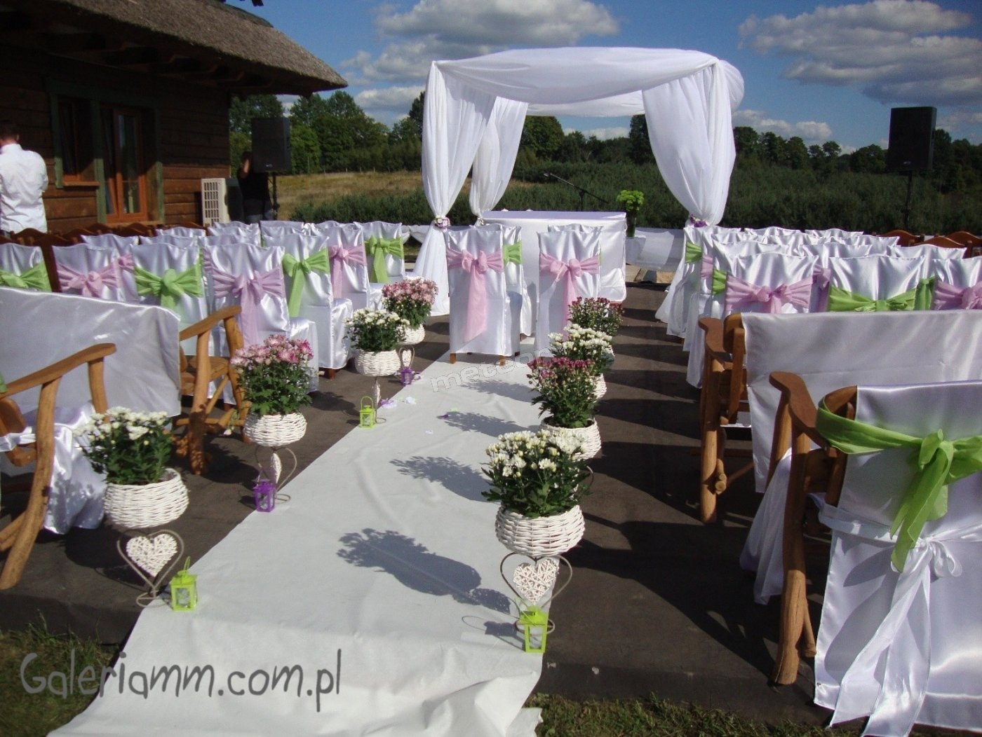 Wygląd tarasu przygotowanego do ślubu na świeżym powietrzu.