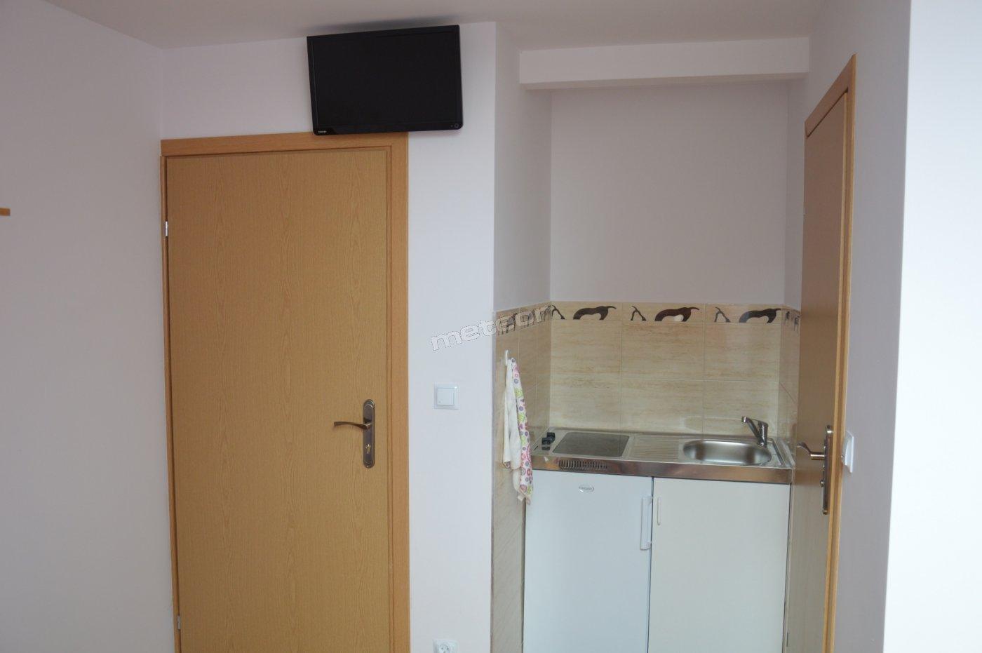 Każdy z pokoi wyposażony jest w aneks kuchenny (lodówka, kuchnia indukcyjna, zlewozmywak), TV, Wi-Fi oraz łazienkę.