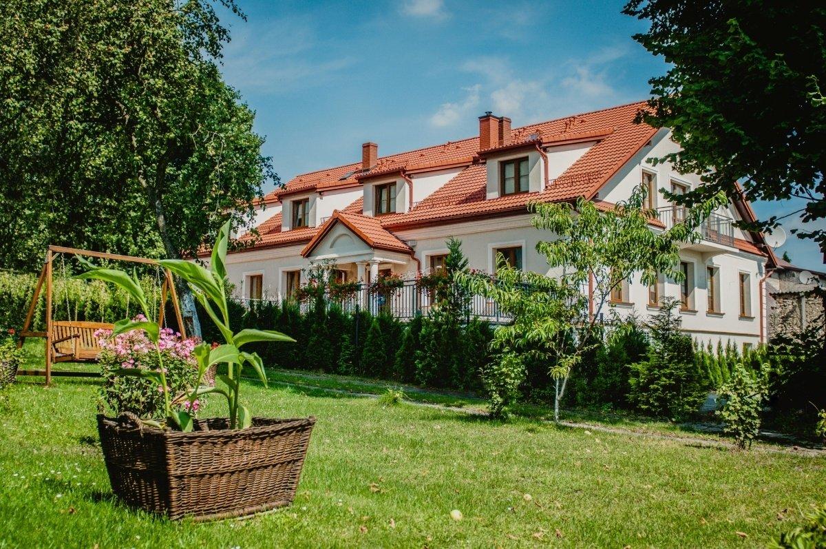 Pokoje Hotelowe Pod Kolumnami znajdują się w centrum Jury Krakowsko-Częstochowskiej - w Pilicy.