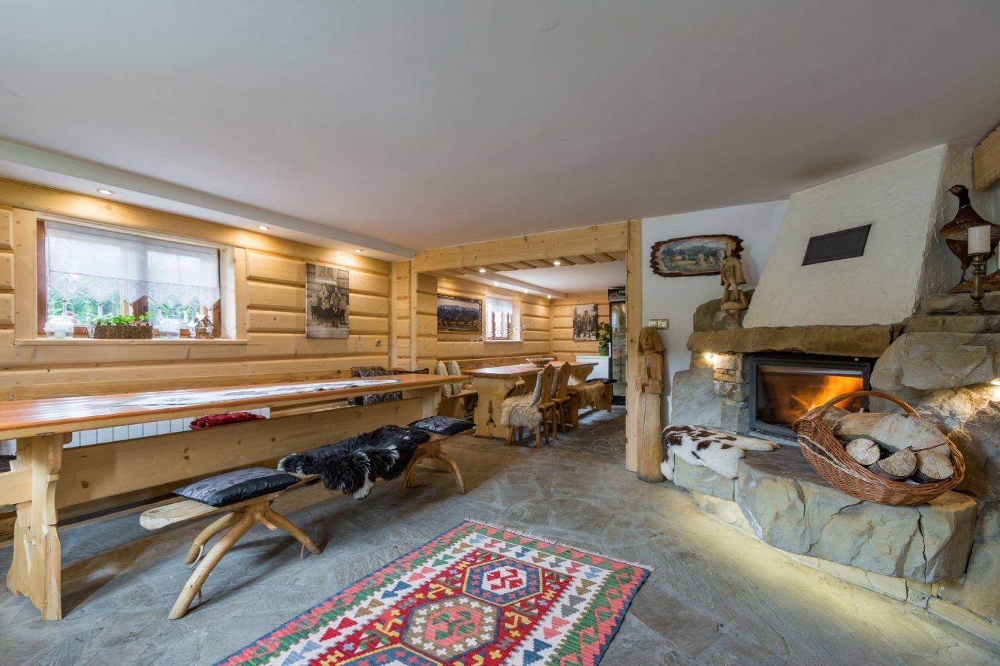 Salka kominkowa oraz kuchnia dla gości