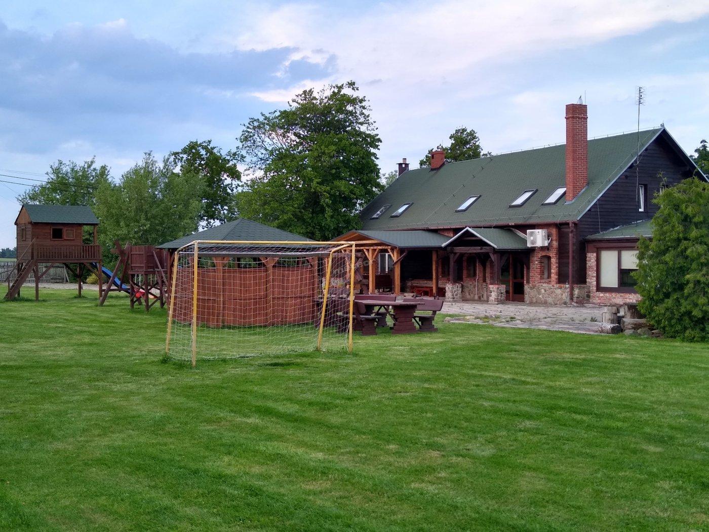 Widok z terenu rekreacyjnego na pensjonat