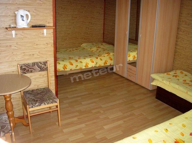 pokój 4 osobowy ( 1 podwójne łóżko i dwa pojedyncze)
