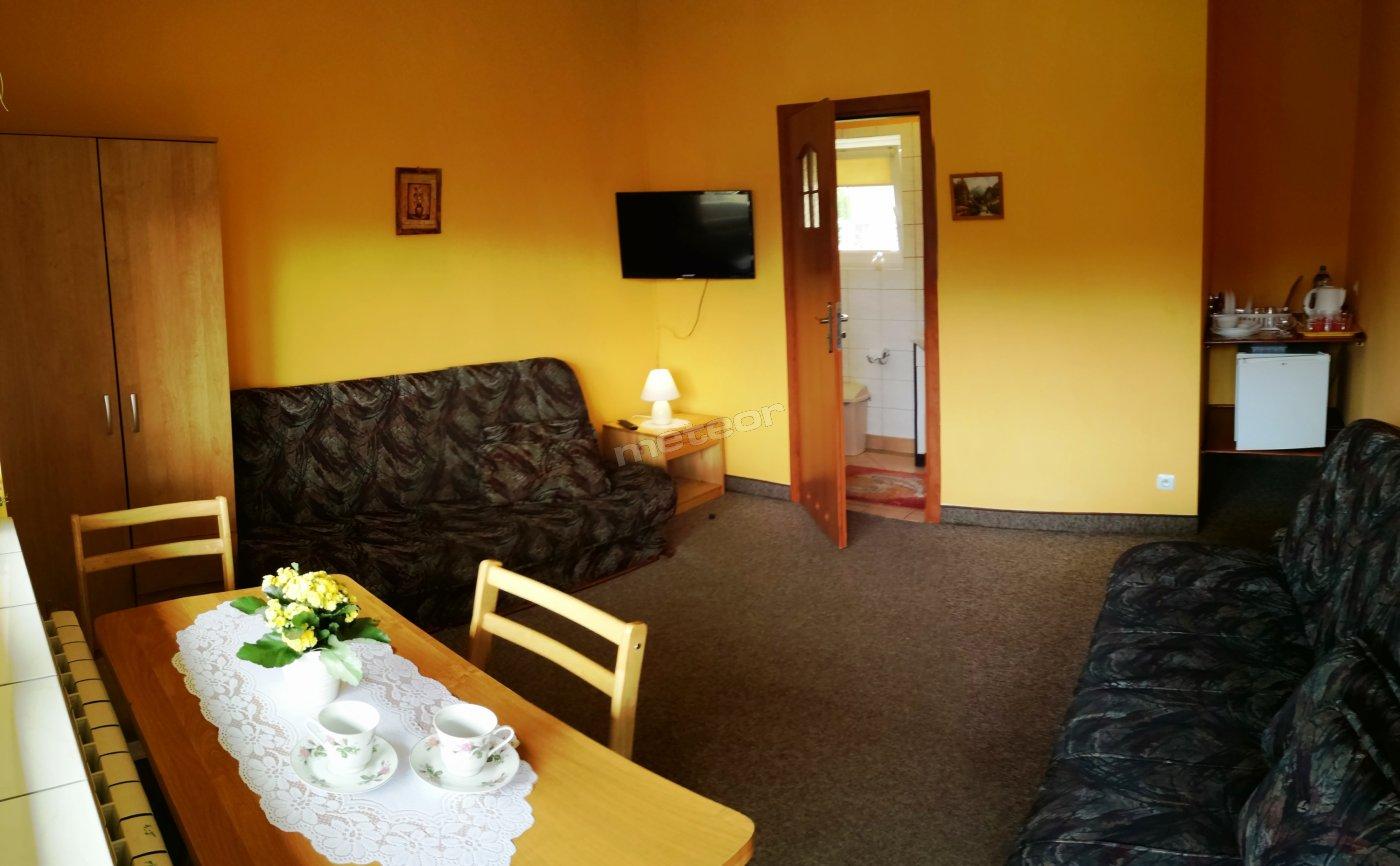 Pokój z łazienką, balkonem oraz aneksem kuchennym. Dodatkowo dla Gości dostęp do kuchni, altany grillowe oraz zamykany, bezpieczny parking.