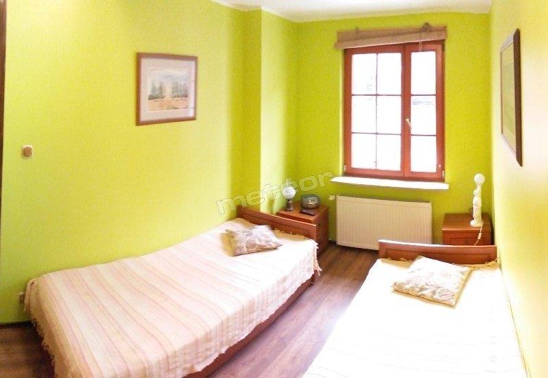 Mały apartament - sypialnia. Wyposażenie : telewizor LCD z telewizją kablową, radio, lampki nocne, żelazko, deska do prasowania.