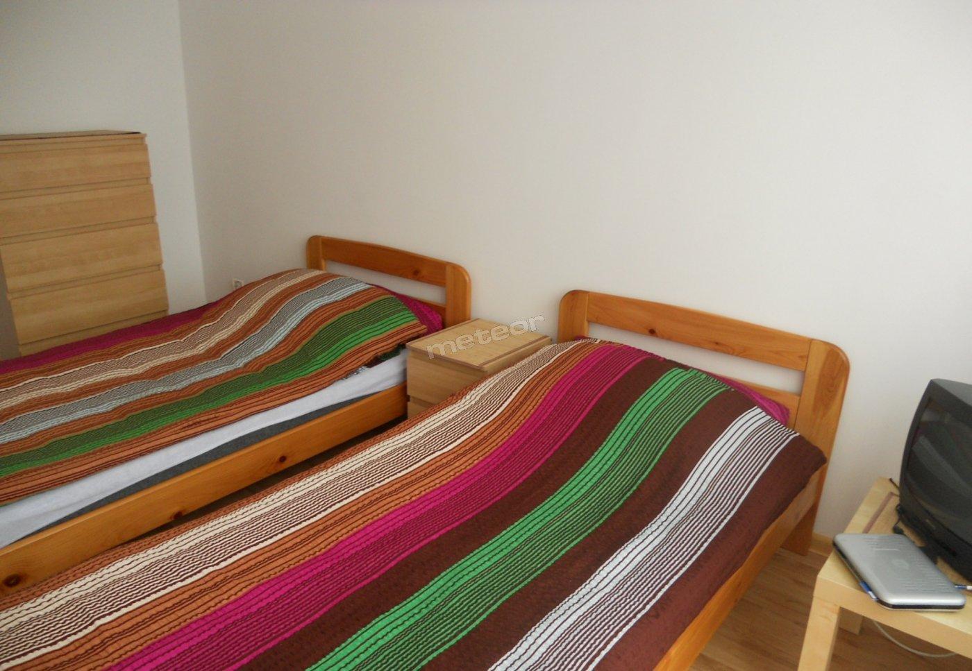 standard pokoju dwuosobowego ze wspólną łazienką i kuchnią z innym pokojem na piętrze budynku z balkonem, do dyspozycji sprzęt rtv, lodówka, naczynia kuchenne, czajnik, kuchenka gazowa, mikrofala