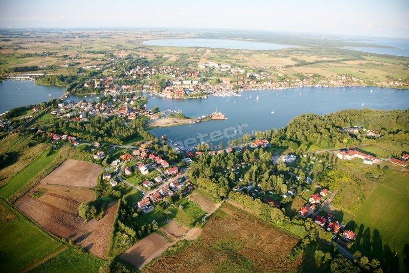 Widok najbliższej okolicy z lotu ptaka ( jeziora: Tałty i Mikołajskie połączone z Jeziorem Sniardwy)