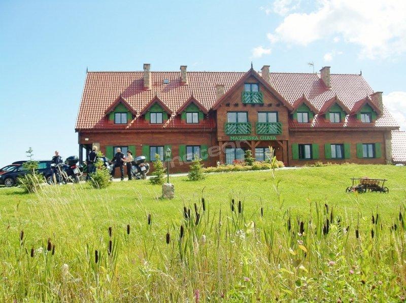 Kameralny hotel Mazurska Chata położony jest w Mikołajkach w cichym miejscu, 12 min. pieszo od centrum i 480 m od Aquaparku Tropikana i stoku GołebiewSKI