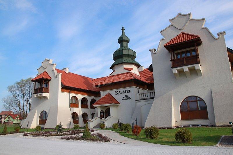 Hotel Kasztel to nowy trzygwiazdkowy obiekt zlokalizowany 45 km od Krakowa. Wyjątkowa architektura a także oryginalne  wnętrza nawiązują swoim wystrojem do czasów rycerskich. Nie brakuje tu jednak udogodnień na miarę XXI wieku. Hotel posiada 22 pokoje i apartamenty, Restaurację, Pub, Salę bankietowa i konferencyjną, Kręgielnię i Salę Bilardową. Doskonała lokalizacja: blisko Krakowa, Wieliczki, Bochni i Brzeska.