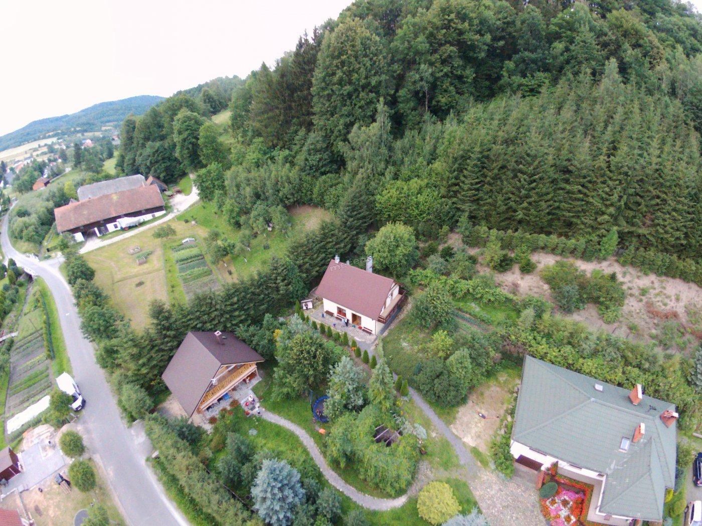 Widok na domki w zagrodzie