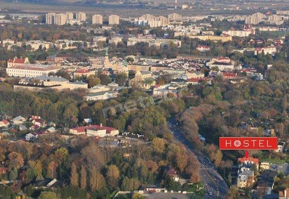 Hostel znajduje się obok dworca PKP i Zoo w bardzo spokojnej okolicy. 400m do murów warownych Twierdzy Zamość i zabytkowej Bramy Szczebrzeskiej.