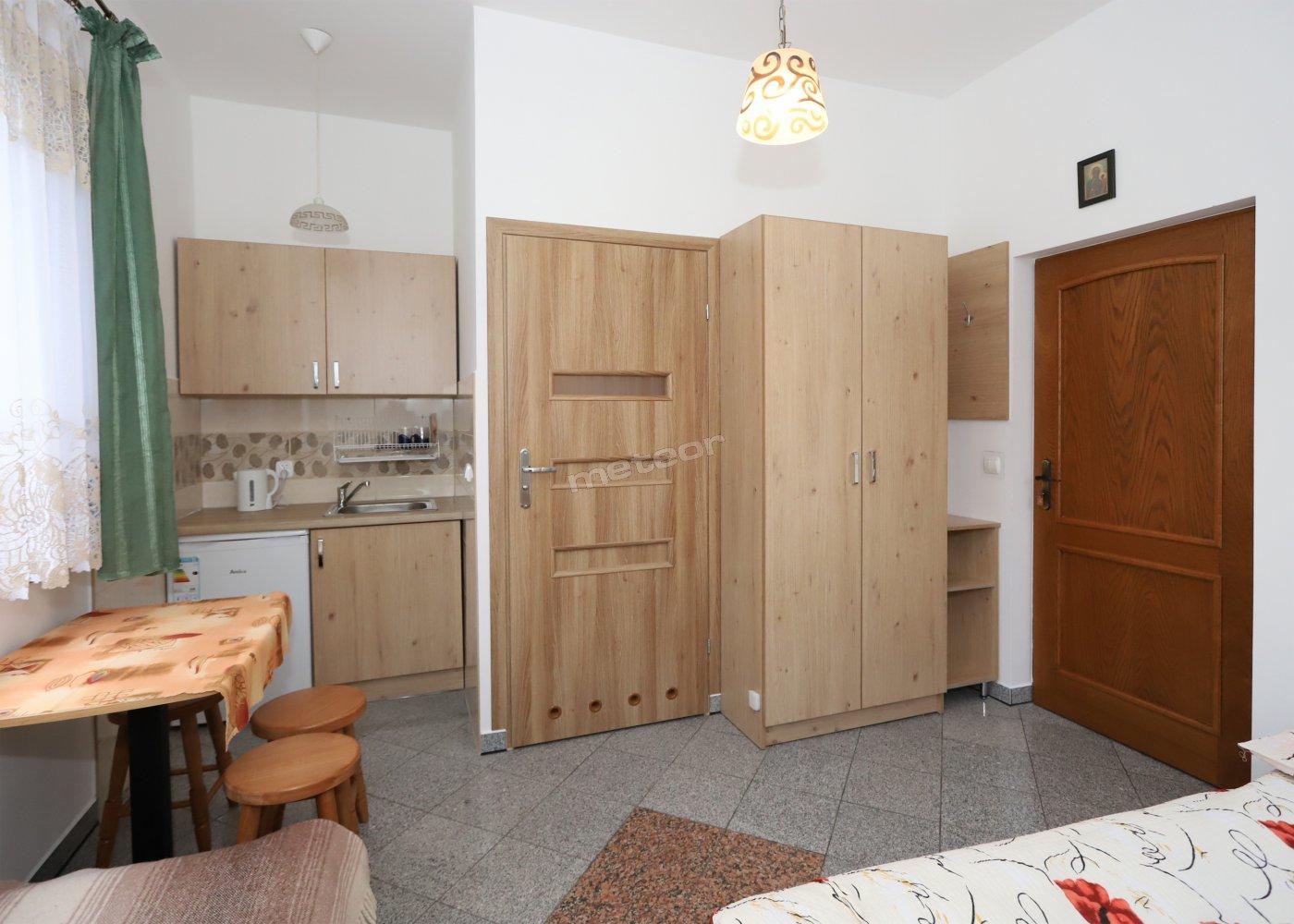 pokój 3 os z łazienką i aneksem kuchennym