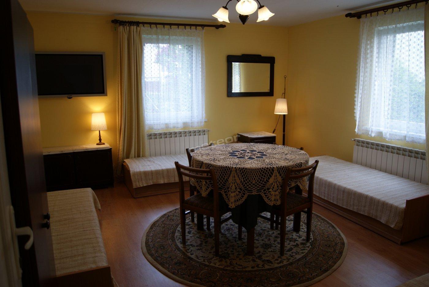 Pokój czteroosobowy w domku.