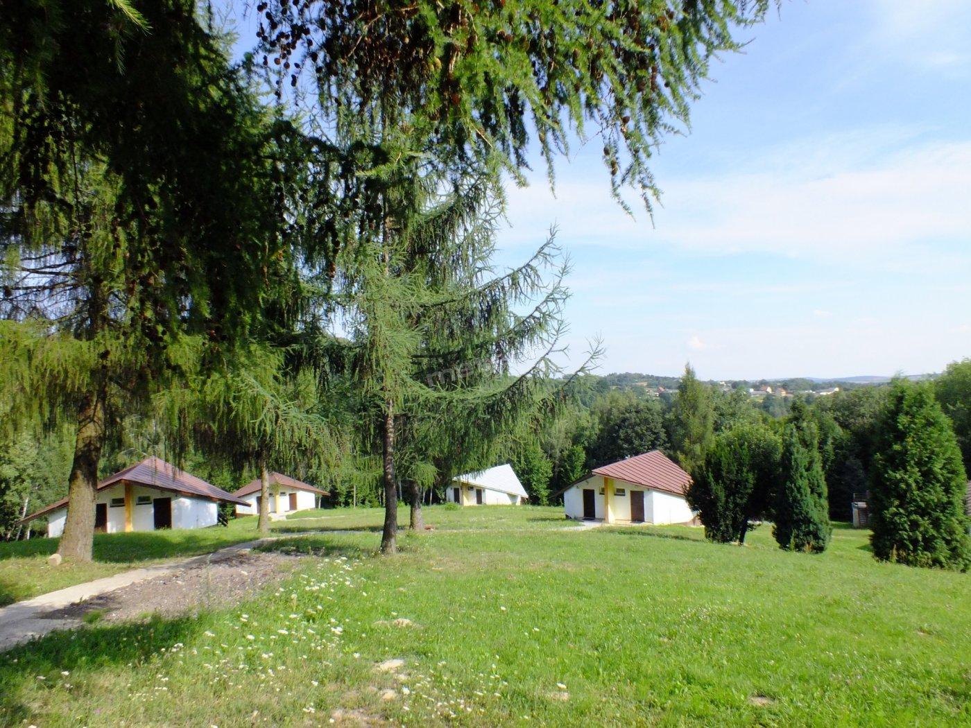 Hostel Lubrzanka to 4.5 ha ogrodzonego terenu, gzie znajduje się 7 wyremontowanych domków ( 6 i 7 osobowych), krąg ogniskowy, jadalnia, wypożyczalnia rowerów i bezpłatny parking dla kientów
