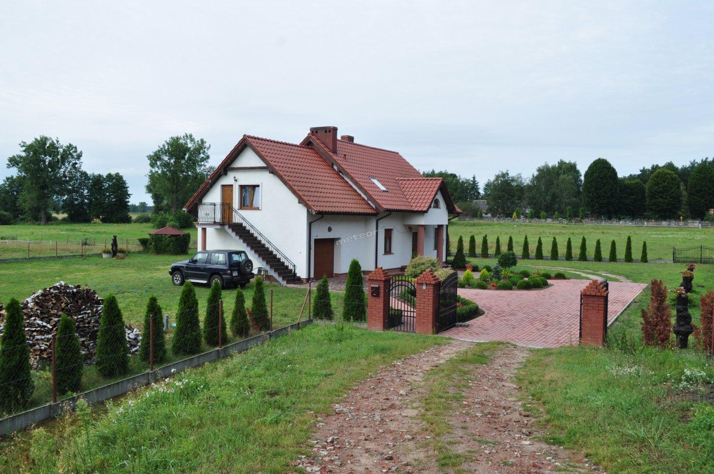 Dom - dwa pokoje  z aneksem kuchennym i łazienką.