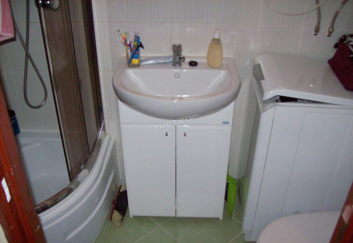 Łazienka z wc, prysznicem i pralką.