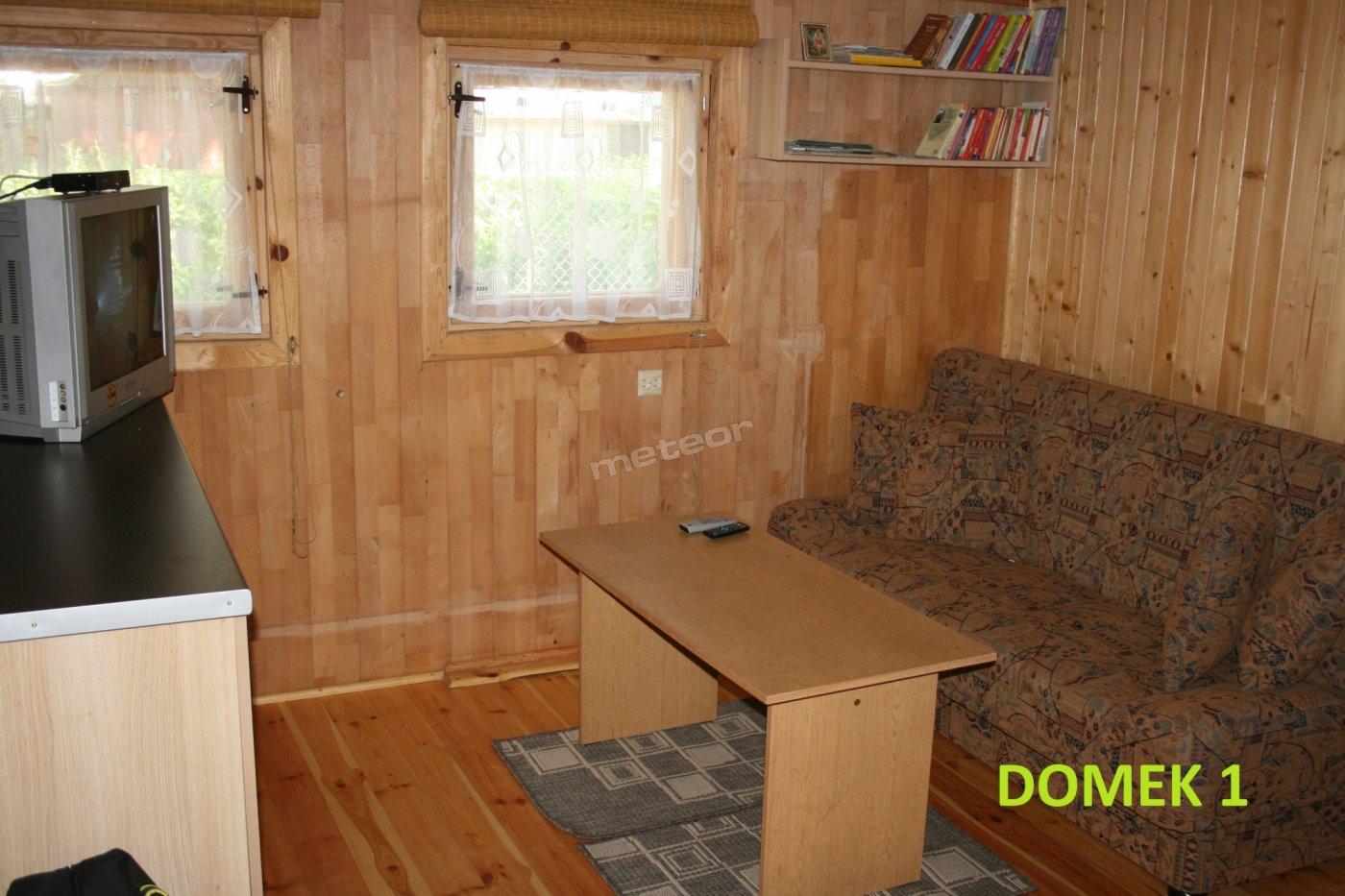Domek 1 - Pokój dzienny - 2 wersalki, przestronna komoda i tv