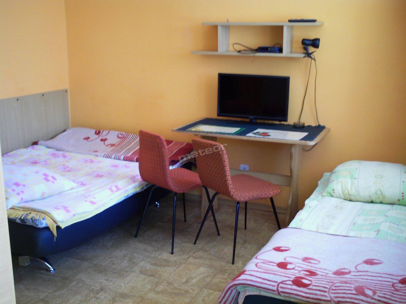 Pokój w żółtym domku