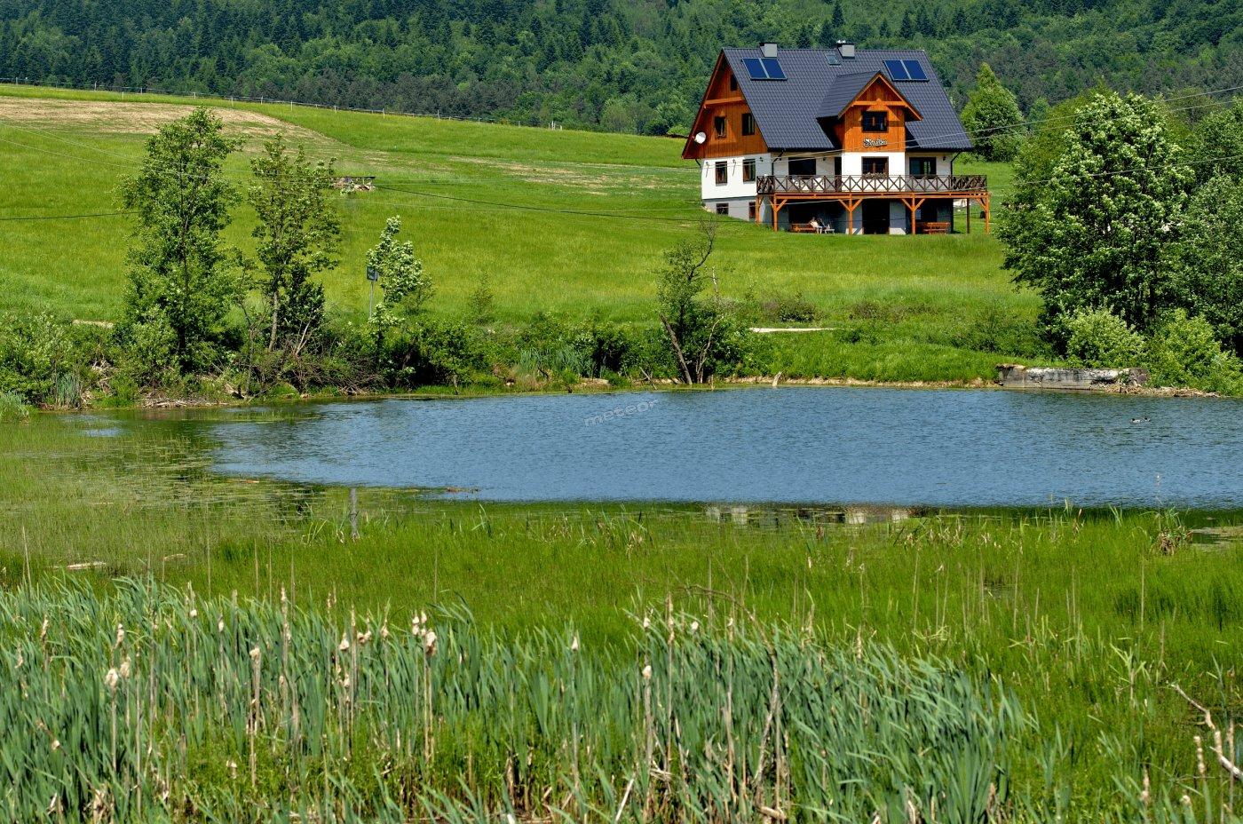 Siwejka Ropki widok z jeziorka na dom