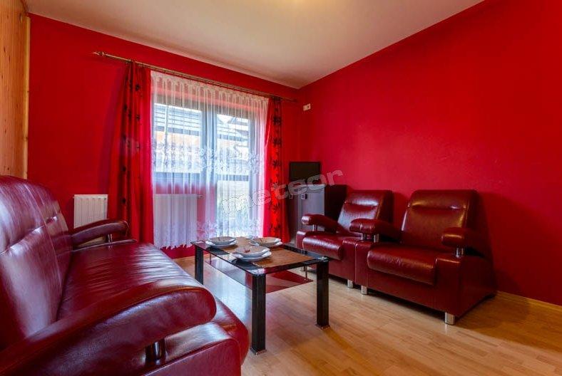apartament czerwony salon