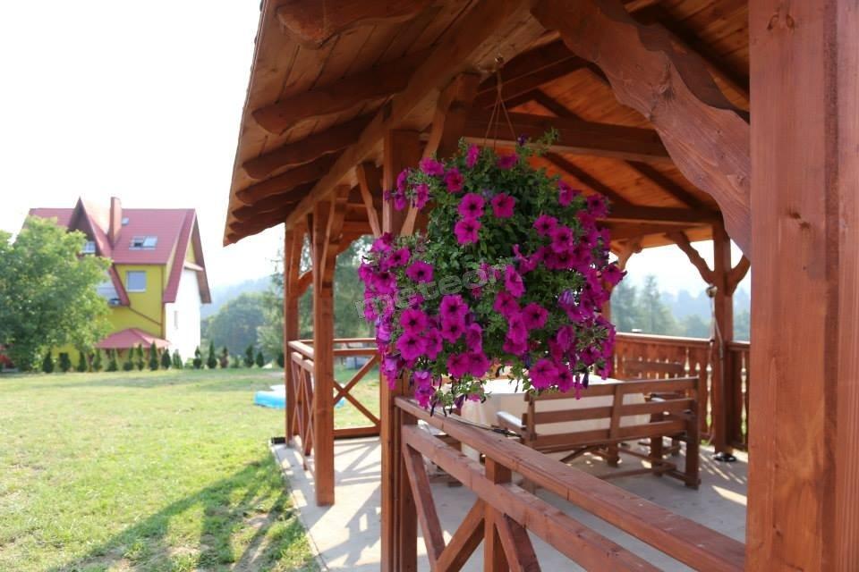Drewniana altana i dom
